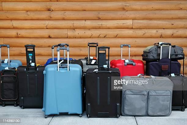 Bagages prêt pour le départ en attente dans le hall de l'hôtel