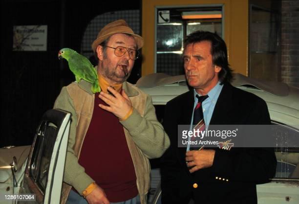 Luggi will mit Kalle übers Wochenende wegfahren und bittet Hardy, auf seinen heißgeliebten Vogel mit Namen 'Sonneschein ' aufzupassen. Kaum sind...
