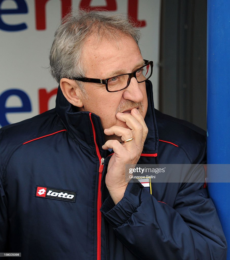 Luigi Del Neri, head coach of Genoa during the Serie A match between Pescara and Genoa CFC at Adriatico Stadium on December 9, 2012 in Pescara, Italy.