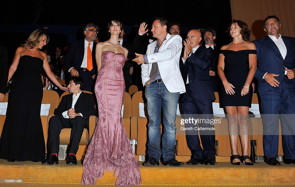 Luigi Lo Cascio (2L) and actress Francesca Inaudi (3L) Luca Zingaretti (3R), Fiona Shaw (2R)and Luca Barbareschi attend the 'Noi Credevamo' premiere during the 67th Venice Film Festival at the Sala Grande Palazzo Del Cinema on September 7, 2010 in Venice, Italy.