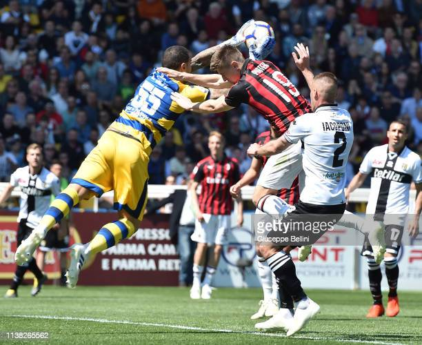 Luigi Sepe of Parma Calcio and Krzysztof Piatek of AC Milan in action during the Serie A match between Parma Calcio and AC Milan at Stadio Ennio...