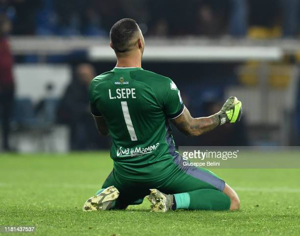 Luigi Sepe of Parma Calcio celebrates the victory after the Serie A match between Parma Calcio and AS Roma at Stadio Ennio Tardini on November 10...