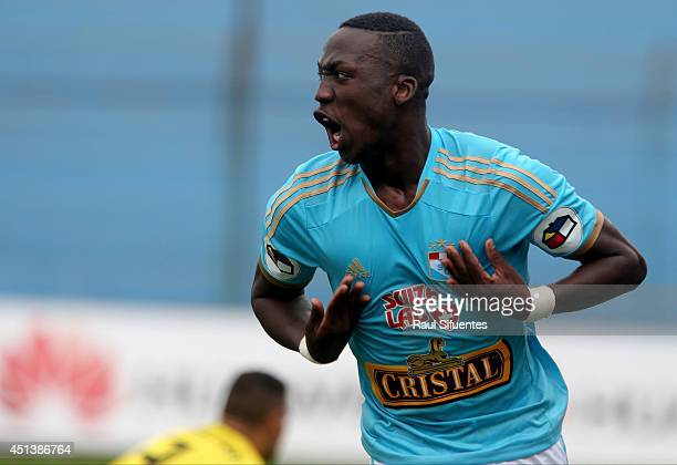Luis Advincula of Sporting Cristal celebrates scoring the second goal of his team against Inti Gas during a match between Sporting Cristal and Inti...
