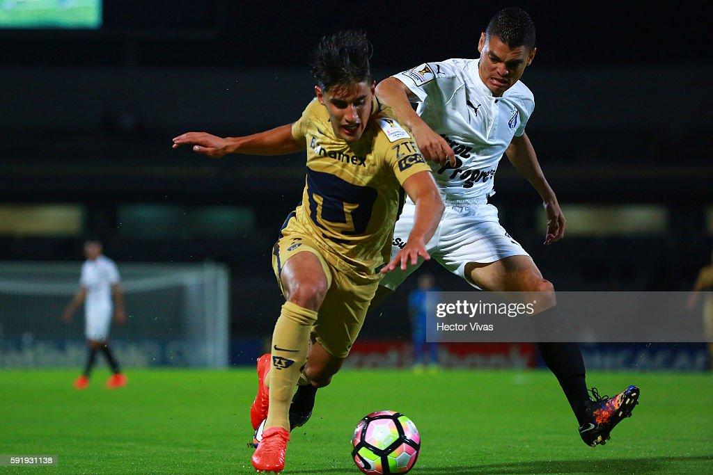 Luis Alvarado of Honduras Progreso struggles for the ball with Josecarlos Van Rankin of Pumas during the match between Pumas UNAM and Honduras Progreso as part of the CONCACAF Champions League 2016/17 at Olimpico Universitario Stadium on August 18, 2016 in Mexico City, Mexico.