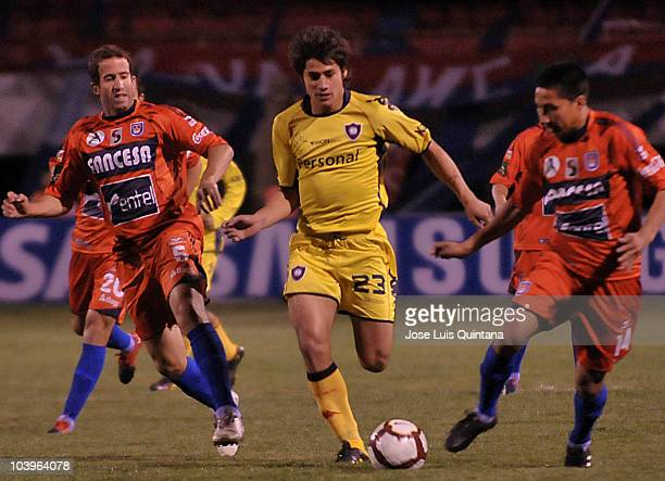 Luis Antonio Liendo and Oscar Añez of Universitario de Sucre struggle for the ball with Diego Viera of Cerro Porteno during a match as part of Copa...