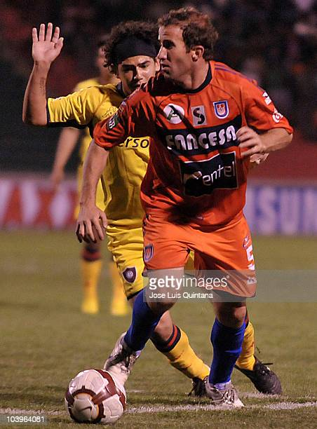 Luis Antonio Liendo of Universitario de Sucre struggles for the ball with a player of Cerro Porteno during a match as part of Copa Nissan...