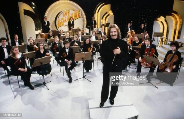 """Luis Cobos, spanischer Komponist und Dirigent, in der Spielshow """"Die Goldene 1"""", Deutschland um 1992."""