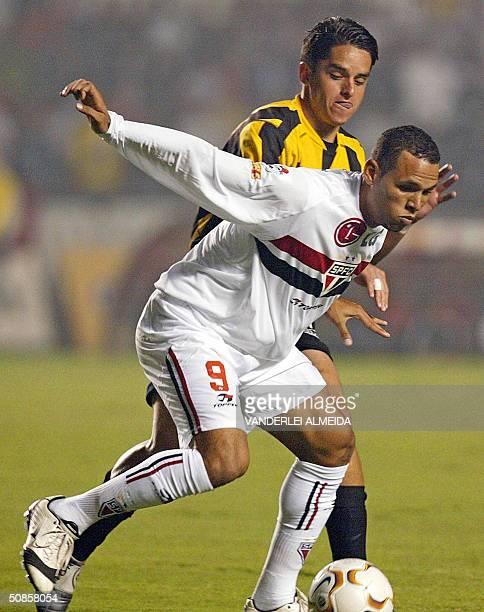 Luis Fabiano del equipo brasileno de Sao Paulo es marcado por Orlando Cordero del equipo venezoelano Deportivo Tachira en el Estadio do Morumbi en...