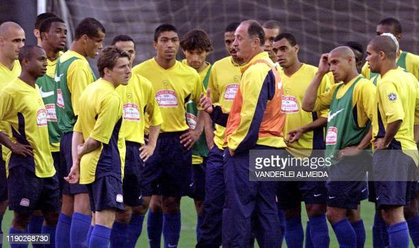 Luis Felipe Scolari coach of the Brazilian soccer team confers with his players during a training session 14 August 2001 in Porto Alegre Brazil The...
