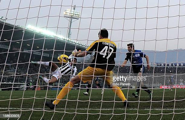 Luis Fernando Muriel of Udinese Calcio scores his opening goal during the Serie A match between Atalanta BC and Udinese Calcio at Stadio Atleti...