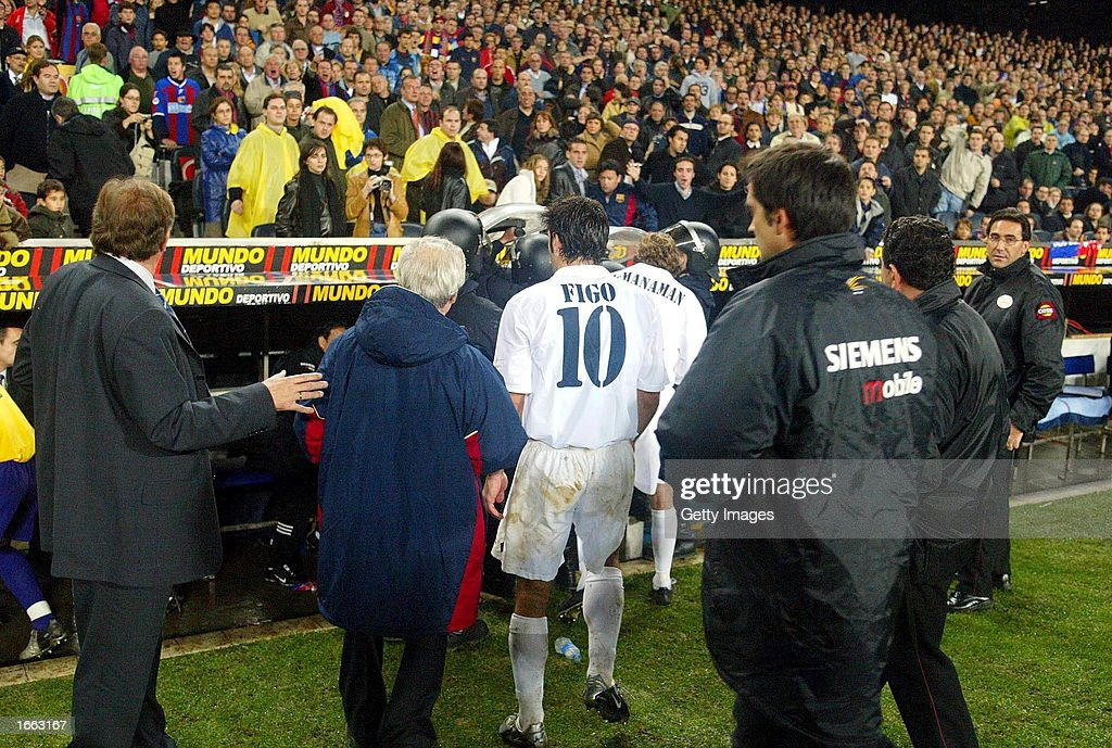 Luis Figo of Real Madrid leaves the pitch : News Photo