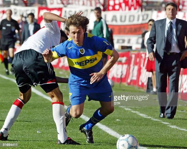 Luis Gonzalez de River Plate disputa la pelota con Guillermo Barros Schelotto de Boca Juniors observados por Miguel Brindisi director tecnico de Boca...