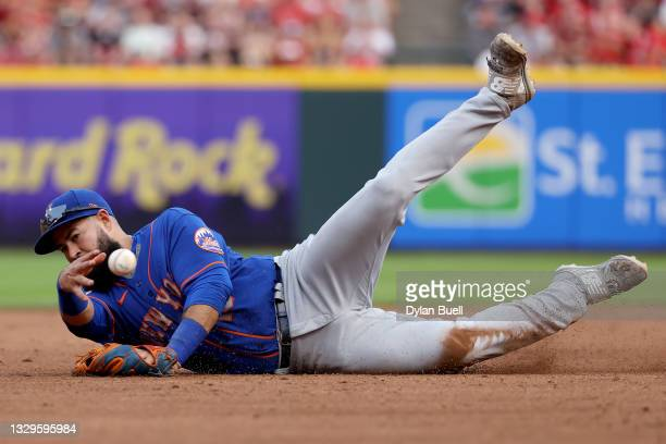 Luis Guillorme of the New York Mets attempts a throw to third base in the first inning against the Cincinnati Reds at Great American Ball Park on...