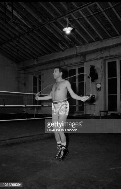 Luis MARIANO boxant avec Marcel CERDAN Jr encouragé par Annie CORDY encouragé par Annie CORDY Luis MARIANO en tenue de boxe sautant à la corde