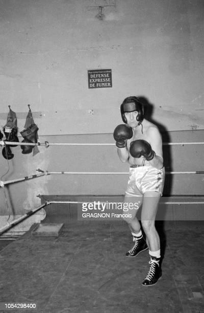 Luis MARIANO boxant avec Marcel CERDAN Jr encouragé par Annie CORDY encouragé par Annie CORDY En tenue et position pour boxer Luis MARIANO fait face...