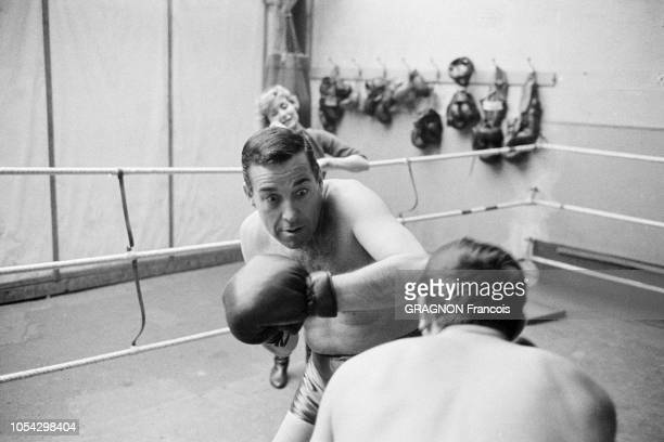 Luis MARIANO boxant avec Marcel CERDAN Jr encouragé par Annie CORDY encouragé par Annie CORDY Luis MARIANO de face boxant avec Marcel CERDAN Jr Annie...