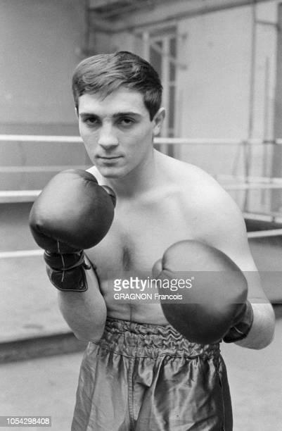 Luis MARIANO boxant avec Marcel CERDAN Jr encouragé par Annie CORDY encouragé par Annie CORDY Portrait en plan américain de Marcel CERDAN Jr en tenue...
