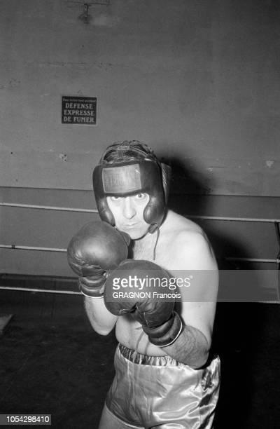 Luis MARIANO boxant avec Marcel CERDAN Jr encouragé par Annie CORDY encouragé par Annie CORDY Portrait en plan américain de Luis MARIANO en tenue et...