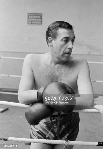 Luis MARIANO boxant avec Marcel CERDAN Jr encouragé par Annie CORDY encouragé par Annie CORDY Portait de Luis MARIANO en plan américain en tenue de...