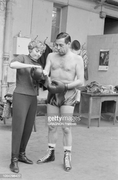 Luis MARIANO boxant avec Marcel CERDAN Jr encouragé par Annie CORDY encouragé par Annie CORDY Dans les vestiaires Annie CORDY aide Luis MARIANO à...