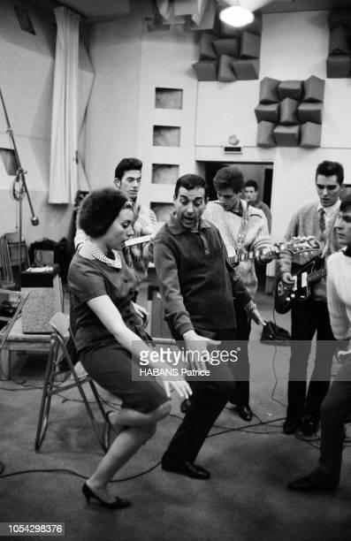 Luis MARIANO enregistre avec Annie CORDY en novembre 1961 En studio avec les musiciens en train de jouer Luis MARIANO et Annie CORDY dansent