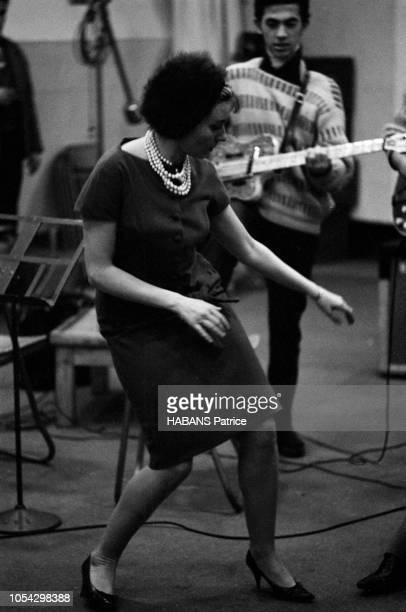 Luis MARIANO enregistre avec Annie CORDY en novembre 1961 En studio avec les musiciens en train de jouer Annie CORDY danse