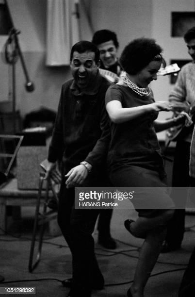 Luis MARIANO enregistre avec Annie CORDY en novembre 1961 En studio avec les musiciens en train de jouer Luis MARIANO et Annie CORDY dansent dos à dos