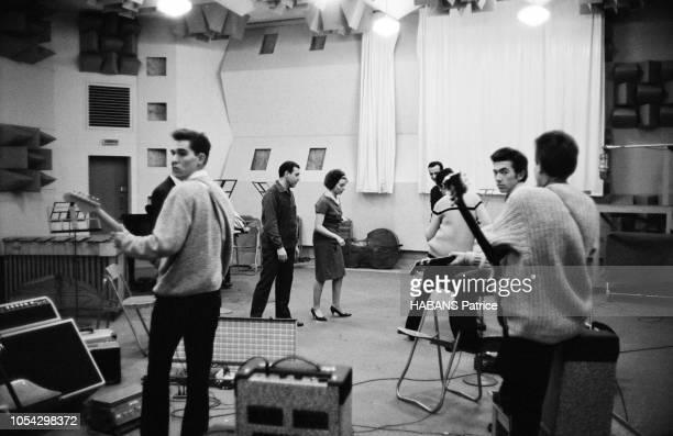 Luis MARIANO enregistre avec Annie CORDY en novembre 1961 Vue d'ensemble du studio avec les musiciens Luis MARIANO et Annie CORDY ont retiré leurs...