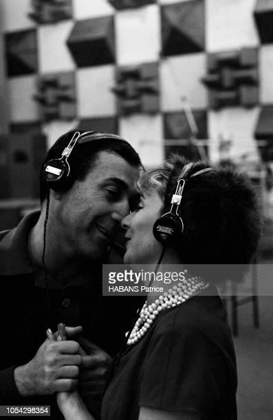 Luis MARIANO enregistre avec Annie CORDY en novembre 1961 Vue en plan rapproché se tenant les mains ils sont face à face se souriant leurs nez se...
