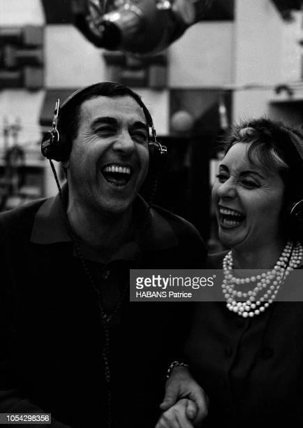 Luis MARIANO enregistre avec Annie CORDY en novembre 1961 Vue en plan rapproché côte à côte se tenant par la main ils rient