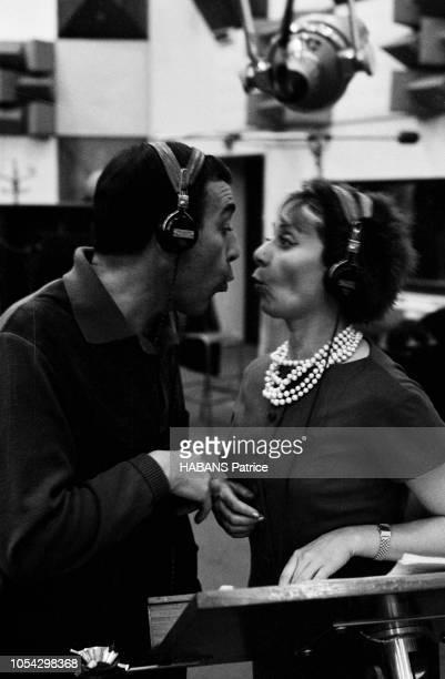 Luis MARIANO enregistre avec Annie CORDY en novembre 1961 Vue en plan rapproché ils sont face et se font une grimace
