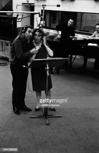 Luis MARIANO enregistre avec Annie CORDY en novembre 1961 Vue d'ensemble ils chantent ensemble sous le micro du studio