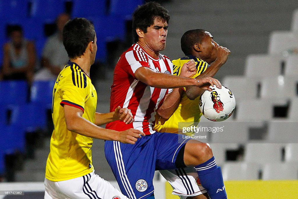 Luis Mena (L) of Colombia struggles for the ball with Brian Montenegro (R) of Paraguay during a match between Colombia and Paraguay as part of the 2013 South American Youth Championship at Malvinas Argentinas Stadium on February 03, 2013 in Mendoza, Argentina.