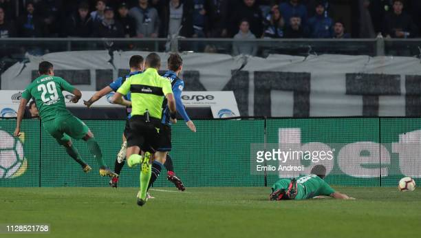 Luis Muriel of ACF Fiorentina scores the opening goal during the Serie A match between Atalanta BC and ACF Fiorentina at Stadio Atleti Azzurri...