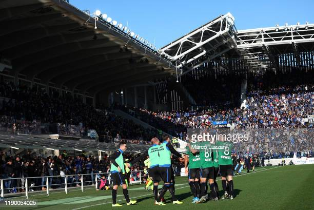 Luis Muriel of Atalanta BC celebrates his goal with his team mates during the Serie A match between Atalanta BC and AC Milan at Gewiss Stadium on...