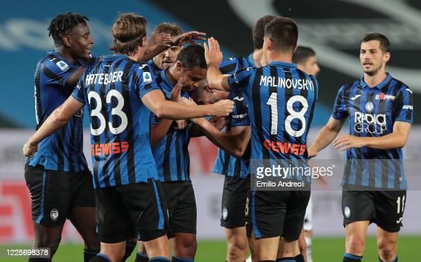 Luis Muriel of Atalanta BC celebrates his goal with his team-mates during the Serie A match between Atalanta BC and UC Sampdoria at Gewiss Stadium on...