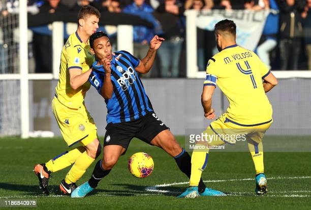 Luis Muriel of Atalanta BC competes for the ball with Pawel Dawidowicz and Miguel Veloso of Hellas Verona during the Serie A match between Atalanta...