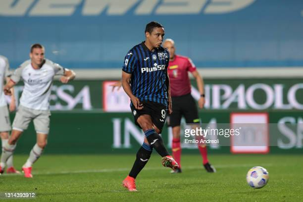 Luis Muriel of Atalanta BC scores their team's second goal from the penalty spot during the Serie A match between Atalanta BC and Bologna FC at...