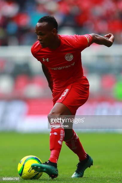 Luis Quinones of Toluca drives the ball during the quarter finals second leg match between Toluca and Morelia as part of the Torneo Clausura 2018...