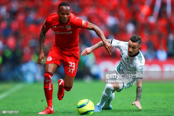 Luis Quinones of Toluca struggles for the ball with Brian Lozano of Santos Laguna during the Final second leg match between Toluca and Santos Laguna...