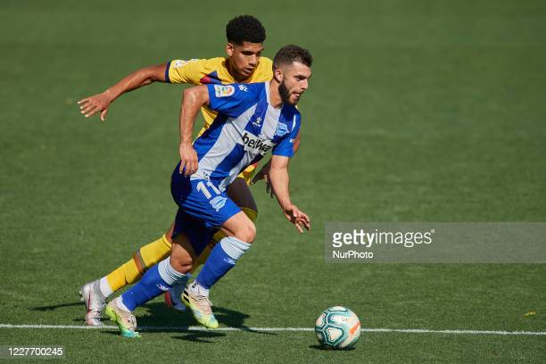 Luis Rioja of Alaves and Ronald Araujo of Barcelona compete for the ball during the Liga match between Deportivo Alaves and FC Barcelona at Estadio...