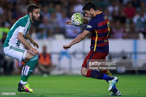 Luis Suarez <ba competes for the ball with German Pezzella of Real Betis Balompie during the La Liga match between Real Betis Balompie and FC...