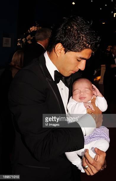 HILVERSUM Luis Suarez met zijn dochter Delphine op het Gala Voetballer van het Jaar in Studio 21 op het Mediapark in Hilversum at the player of the...