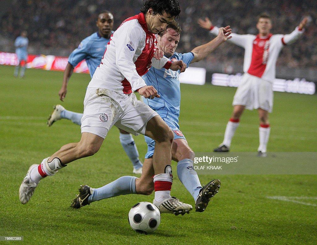 Luis Suarez of Ajax Amsterdam (L) duels : News Photo