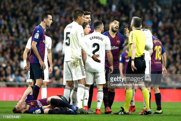 Luis Suarez of Barcelona argues with the referee during the La Liga match between Real Madrid CF and FC Barcelona at Estadio Santiago Bernabeu on...