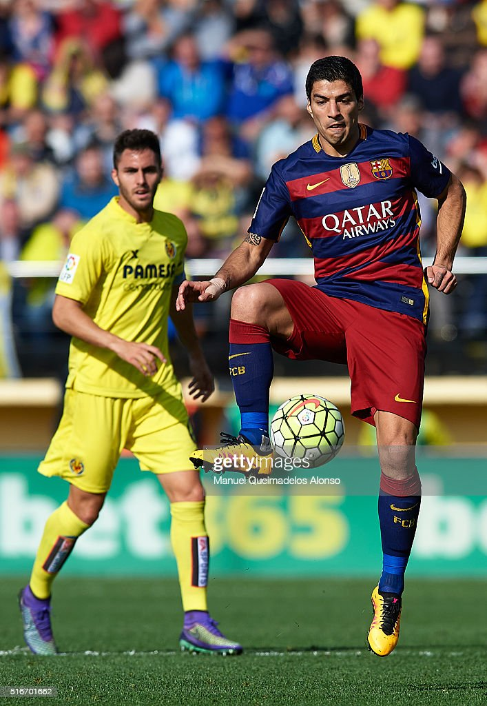 Luis Suarez of Barcelona controls the ball during the La Liga match between Villarreal CF and FC Barcelona at El Madrigal on March 20, 2016 in Villarreal, Spain.