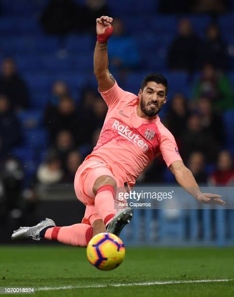 Luis Suarez of Barcelona lunges for the ball during the La Liga match between RCD Espanyol and FC Barcelona at RCDE Stadium on December 8 2018 in...