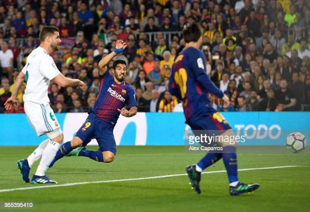Luis Suarez of Barcelona scores his sides first goal during the La Liga match between Barcelona and Real Madrid at Camp Nou on May 6 2018 in...
