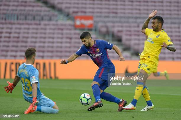 Luis Suarez of Barcelona tries to score against Leandro Chichizola goalkeeper of Las Palmas during the La Liga match between Barcelona and Las Palmas...