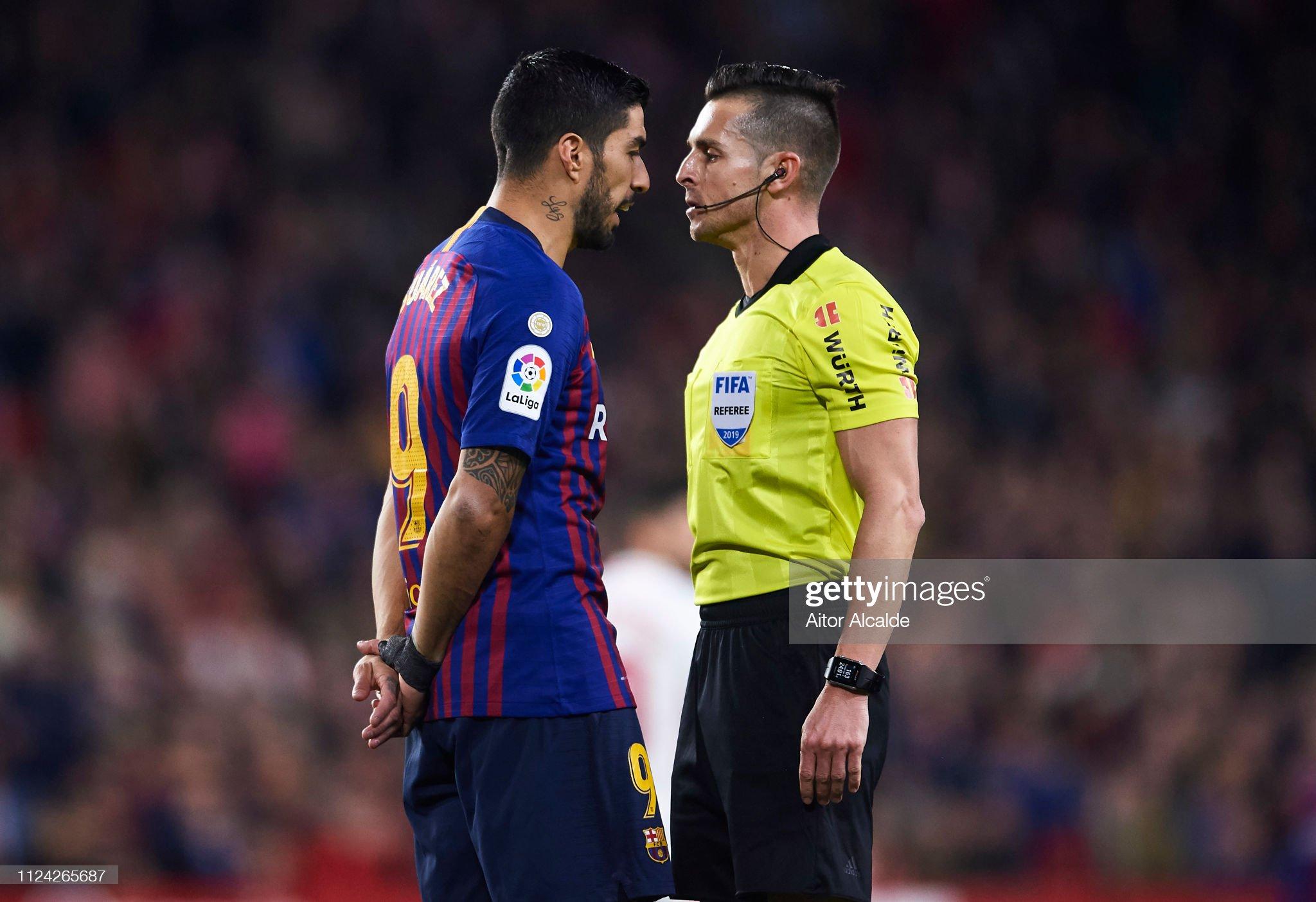 ¿Cuánto mide el árbitro Del Cerro Grande? - Altura Luis-suarez-of-fc-barcelona-argues-with-referee-carlos-del-cerro-picture-id1124265687?s=2048x2048